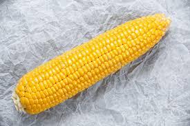 cuisiner une vieille fermez vous vers le haut du maïs doux mûr frais sur la vieille