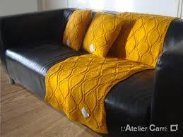 jete de canape etole ou jeté de canapé longue en tricot motif feuille l atelier carré