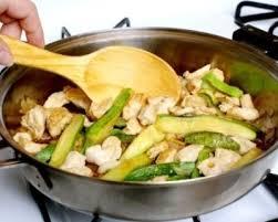 comment cuisiner la courgette recette courgettes au poulet comment cuisiner la courgette