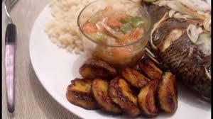 cuisiner des bananes attiéké poisson braisé et aloco bananes plantins recette par