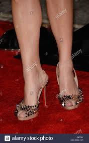 anna faris wearing christian louboutin shoes at arrivals for