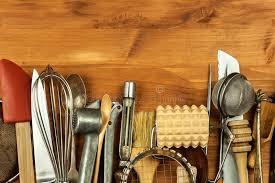 vieux ustensiles de cuisine vieux ustensiles de cuisine sur un conseil en bois vente d