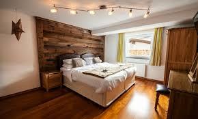 mur de chambre en bois déco chalet montagne une centaine d idées pour la chambre à coucher