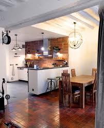 cuisine avec brique cuisine ouverte avec mur en brique tomettes et poutres blanches