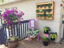 blumenhalter balkon pink und weiß gestrichener alter stuhl als blumenhalter garten