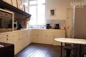 cuisine sur parquet modèle cuisine noir parquet