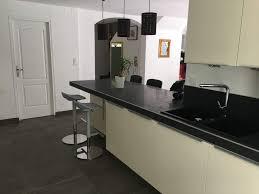cuisine et beige cuisine beige et noir sur mesure eguilles carrelage intérieur et
