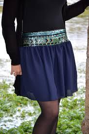 couleur vert celadon jupe courte en mousseline froncée bleue nuit ceinture large en