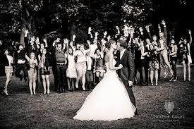 photo de groupe mariage pour une photo de groupe les mariés s embrassent sous les