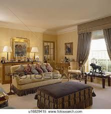 divano ottomano archivio immagini crema divano accatastato con cuscini in