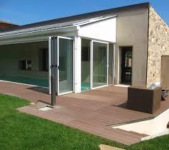 veranda a libro tradizione e innovazione per elegante villa con specchio d acqua