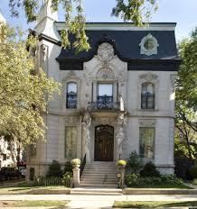 дизайн фасада гладко каменного дома серого цвета в французском