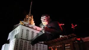 King Kong Halloween Costume Man Builds Massive King Kong Display Yard Halloween Abc