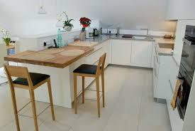 stehtisch küche offene küche schränke mit gleittüren