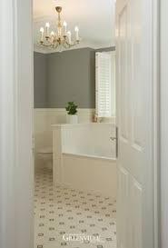 englisches badezimmer englisches bad sträublumen auf den fliesen halbhohe paneele und