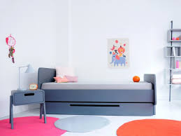 table chambre enfant aménager une chambre d enfant zoom sur la table de chevet