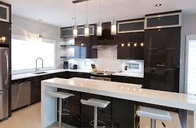 comptoir de cuisine quartz blanc cuisine chic avec portes de stratifié au fini lustré et comptoirs de