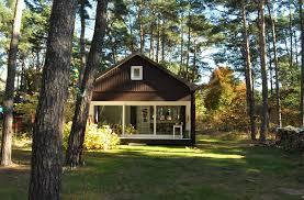 Small Cottages by минималистичный дом в сосновом лесу от компании Atelier St