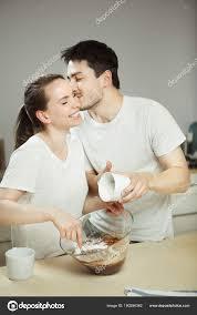baisee dans sa cuisine homme baise femme au cours de la préparation de dessert sucré