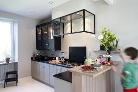 cuisiner avec un micro onde une cuisine sur mesure dans un petit espace ambiance atelier