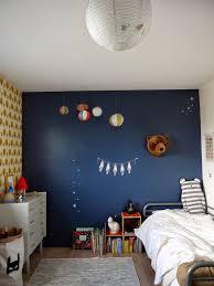 chambre bleu et chambre pour petit garcon avec mur bleu et papier peint jaune