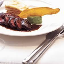 cuisiner cerf steaks de cerf sauce grand veneur ricardo