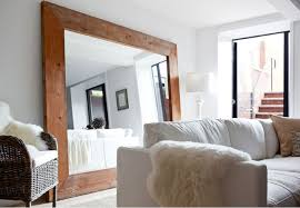 grand miroir chambre un grand miroir pour agrandir les petits espaces salons