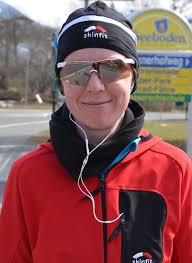 Joggerin Martina Winkler will partout nicht ihre Sonnenbrille abnehmen - 3899114_web