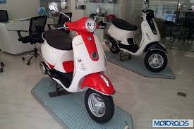 vespa lx125 scooter available with dual tone paint job for extra price