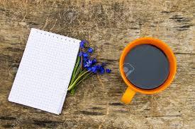 bloc note sur bureau tasse de café avec le bloc notes et fleurs scilla bleues sur le