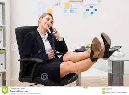 sur le bureau femme d affaires au téléphone avec des pieds sur le bureau image