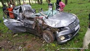 high speed crash results in maruti ciaz splitting into two