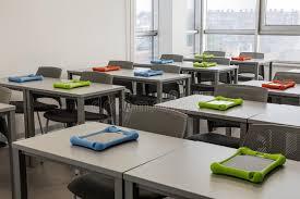 bureaux de travail intérieur moderne de salle de classe avec des bureaux de travail et