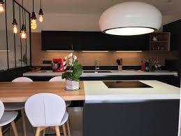 hotte industrielle cuisine cuisine design avec hotte ilot lustre et verrière