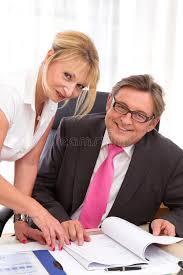 adultere au bureau directeur général supérieur avec secrétaire au bureau photo