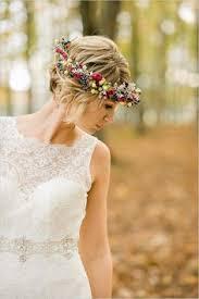 fleurs cheveux mariage couronne fleurs colorees pour mariee aux cheveux courts 18 11 2017