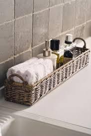 korb badezimmer korb mit utensilien fürs bad im gäste wc badezimmer einrichten