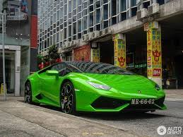 lamborghini green and black two tone gloss black and verde lamborghini huracán looks beautiful
