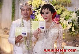 wedding dress nagita slavina foto raffi ahmad dan nagita slavina menunjukkan buku nikah foto