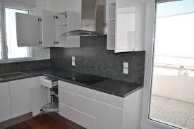 cuisine blanc et cuisine gris et blanche idées de décoration capreol us