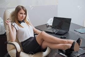sous les jupes au bureau une très et femme d affaires assis avec ses pieds sur le