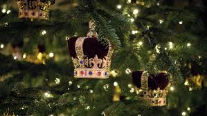christmas decorations buckingham palace debuts its christmas decorations