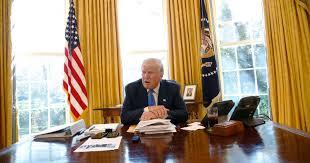 bureau president americain donald a un bouton sous bureau mais pas pour ce que