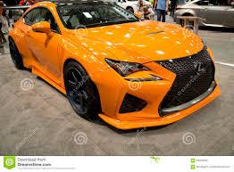 lexus van toont de oranje lexus auto van nice in auto redactionele