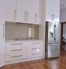 White Kitchen Glass Backsplash Výsledek Obrázku Pro Modern White Kitchen With Glass On The Wall