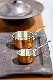 batterie de cuisine en cuivre cuivre batterie de cuisine casseroles et poêles sont sur le