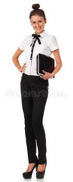 vetement de bureau la fille dans le vêtement de bureau reste et retient un ordinateur