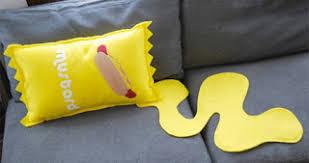 coussins originaux canapé des coussins originaux pour animer votre canapé la banane qui parle