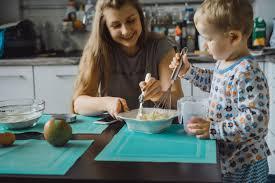 cuisine garcon garçon enfant avec maman cuisine dans la tourte de cuisine