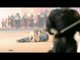 Vancouver Riot Kiss Meme - romance in vancouver riots 2011 after stanley cup finals youtube
